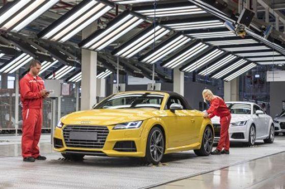 Több mint 500 embert Pozsonyba küld a győri Audi